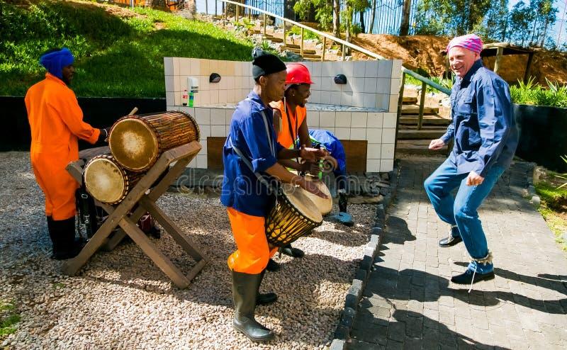 Uomini africani che giocano i tamburi tradizionali per i touris di distretto di Soweto fotografia stock