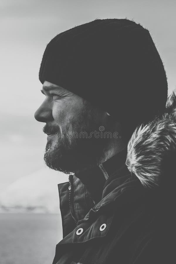 Uomini barbuti un giorno freddo all'aperto in vestiti di inverno fotografie stock libere da diritti