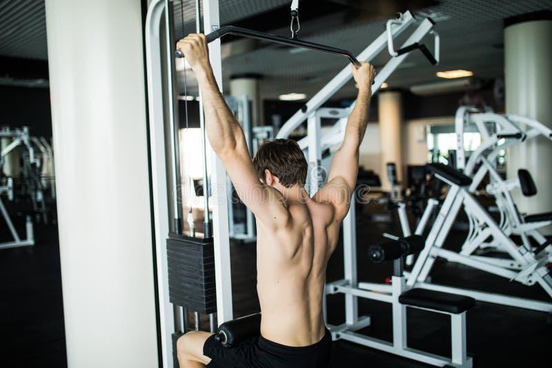 Uomini bei caucasici brutali di forma fisica sul petto di addestramento di dieta che pompa su corpo Esercizi della palestra fotografie stock