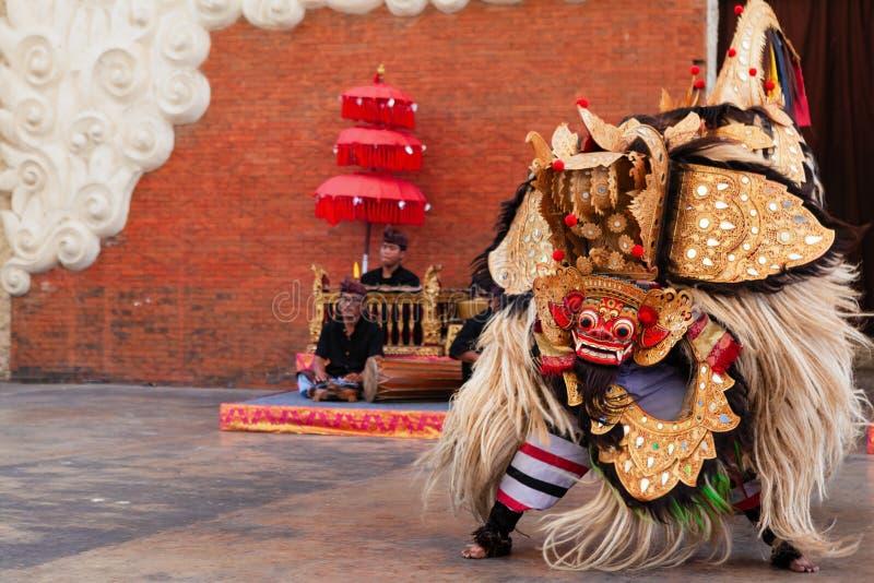 Uomini che ballano ballo tradizionale di Keris in costume di Barong di balinese fotografia stock