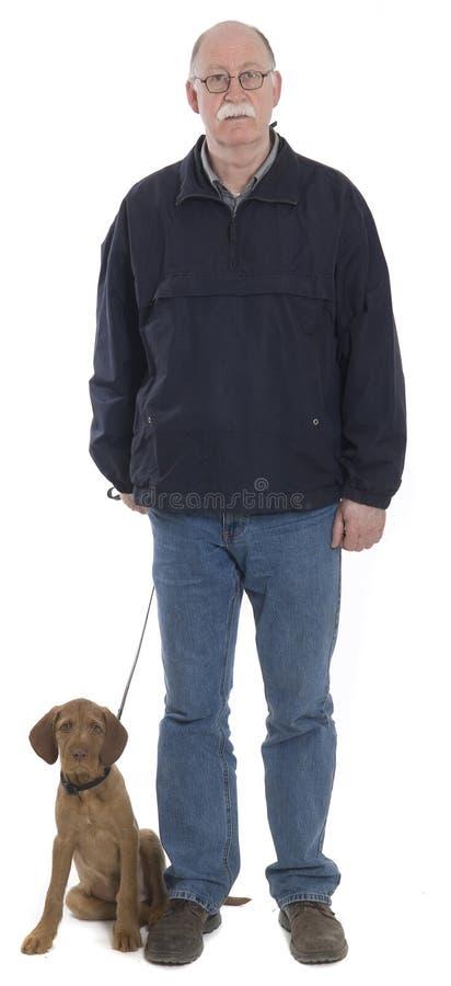 Uomini che camminano con il cane fotografie stock libere da diritti