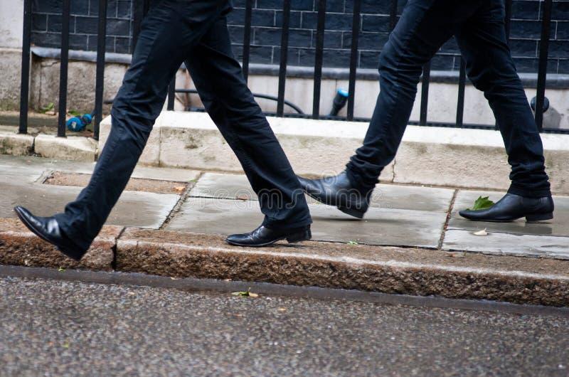 Uomini che camminano insieme fotografia stock