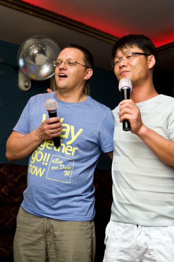 Uomini che cantano karaoke fotografie stock libere da diritti