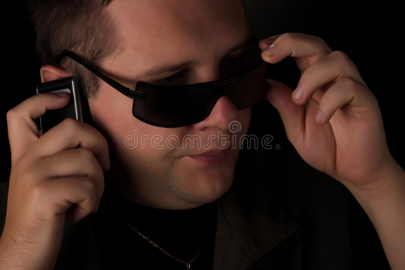 Uomini che comunicano sul telefono. immagini stock