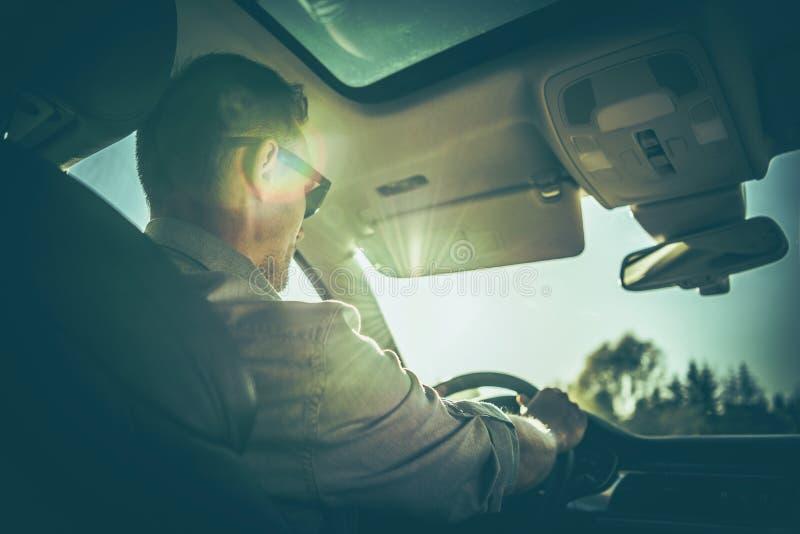 Uomini che conducono veicolo fotografia stock