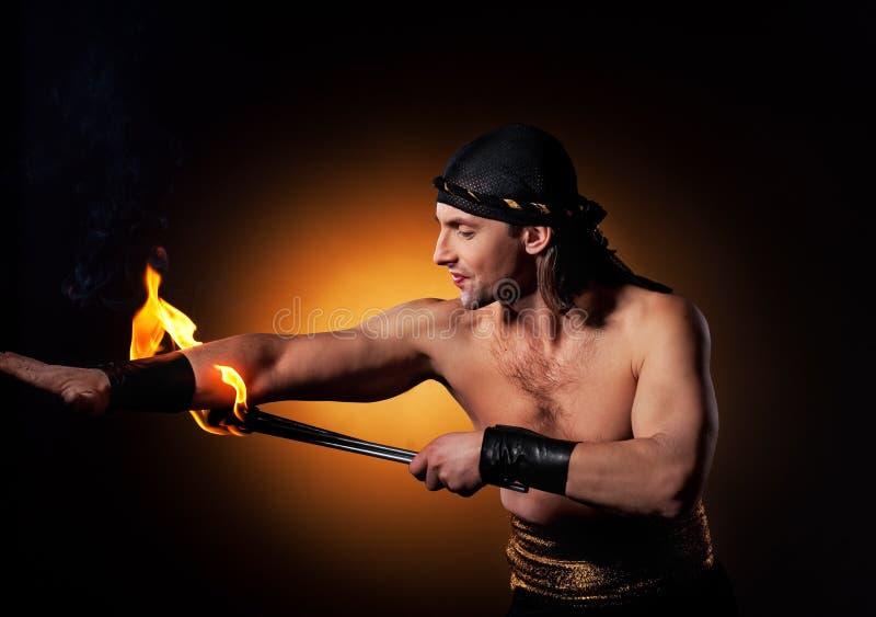 Uomini che effettuano esposizione del fuoco fotografia stock