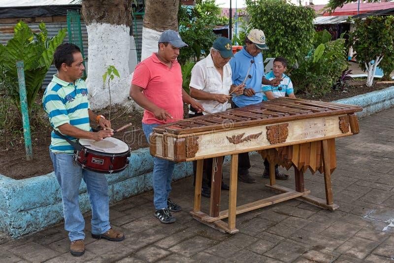 Uomini che giocano musica della marimba sulla via del Flores Guatemala fotografia stock libera da diritti