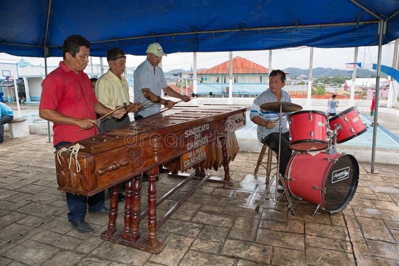 Uomini che giocano musica della marimba sulla via in Flores Guatemala fotografia stock libera da diritti