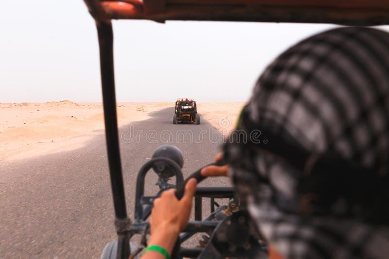 Download Uomini Che Guidano Automobile Con Errori In Deserto Immagine Stock - Immagine di quad, tutti: 55361085