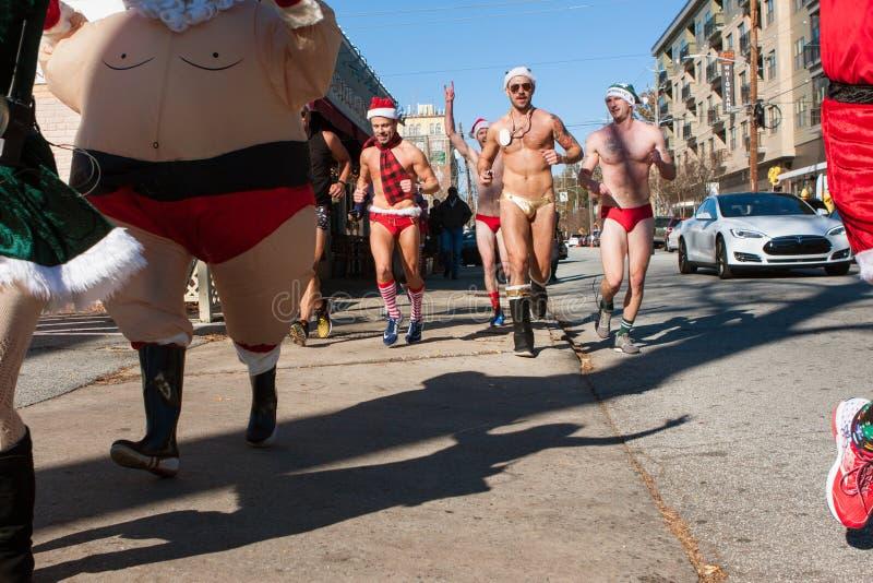 Uomini che indossano gli speedi fatti funzionare nell'evento bizzarro della raccolta fondi di Atlanta fotografia stock libera da diritti