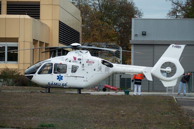 Uomini che lavano l'elicottero di emergenza nel parcheggio dell'ospedale fotografia stock