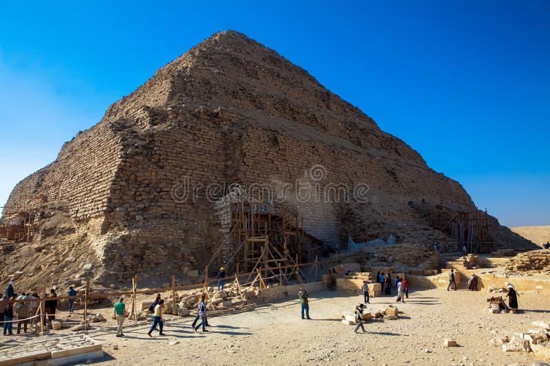 Uomini che lavorano a Netjerykhet, una di più vecchie piramidi nel mondo fotografia stock libera da diritti