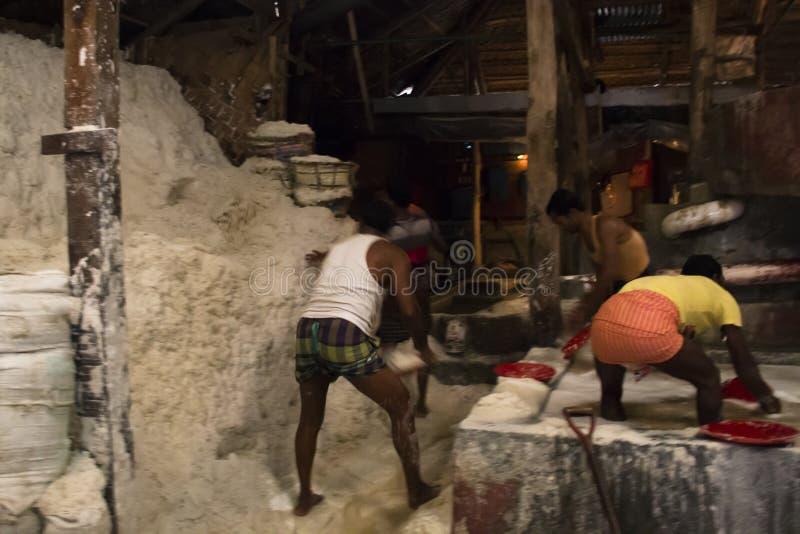Uomini che puliscono sale in una fabbrica a Chittagong, Bangladesh fotografia stock