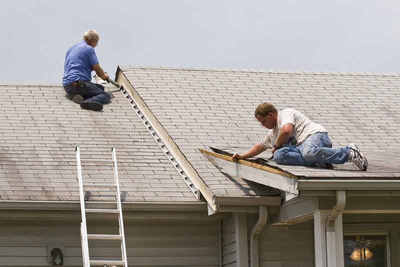 Uomini che riparano casa fotografia stock