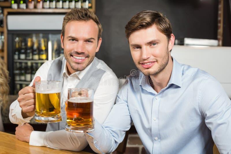 Uomini che tostano con le birre fotografie stock