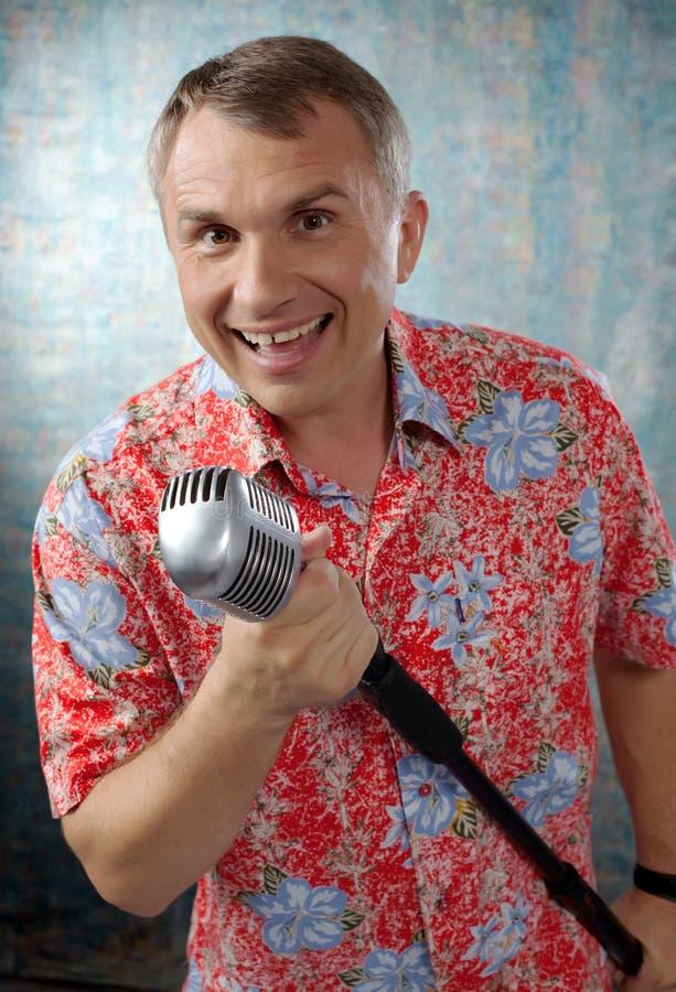 Uomini con il retro microfono immagini stock libere da diritti