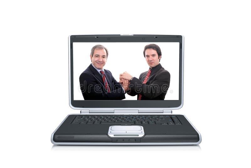Uomini d'affari all'interno di uno Sc del computer portatile fotografia stock libera da diritti