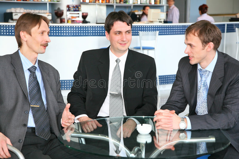 Uomini d'affari in caffè fotografie stock libere da diritti