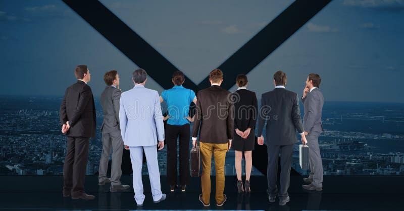 Uomini d'affari che guardano attraverso la finestra contro il paesaggio urbano nel fondo immagine stock libera da diritti