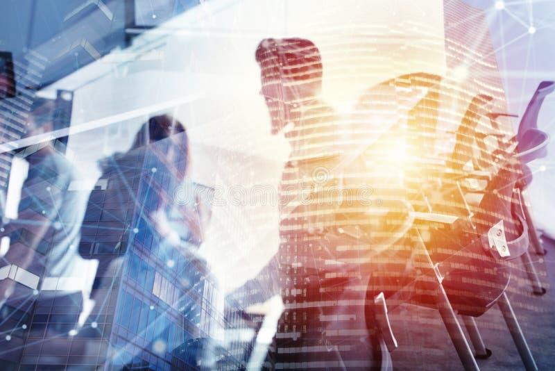Uomini d'affari che lavorano insieme in ufficio alla notte Concetto di lavoro di squadra e dell'associazione Doppia esposizione immagini stock libere da diritti