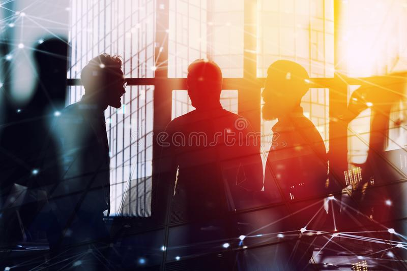 Uomini d'affari che lavorano insieme in ufficio con effetto della connessione di rete Concetto di lavoro di squadra e dell'associ fotografie stock