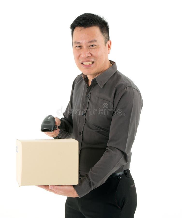 Uomini d'affari che tengono i lettori di codici a barre che esplorano pacchetto isolato su fondo bianco fotografie stock libere da diritti