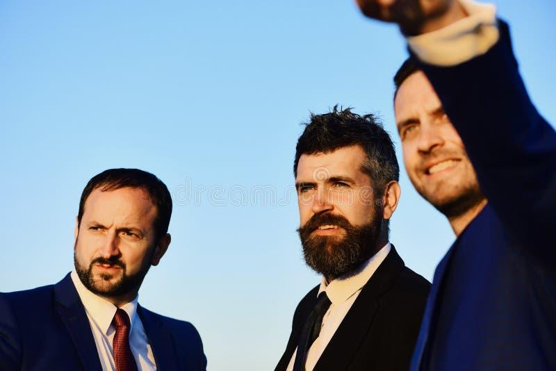 Uomini d'affari con i fronti sorridenti in vestiti ed in legami convenzionali fotografie stock libere da diritti
