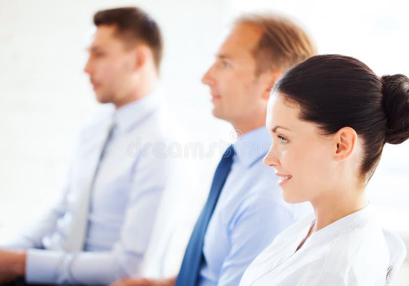 Uomini d'affari e donne di affari sulla conferenza immagini stock libere da diritti