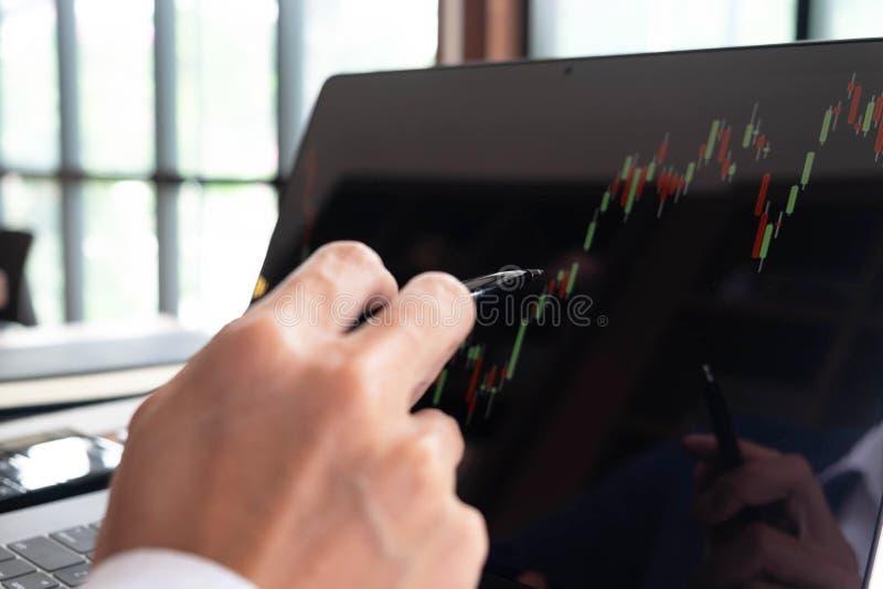 Uomini d'affari, finanza, lavoro di contabilità, conti correnti, facendo uso dei calcolatori e delle informazioni di individuazio fotografia stock