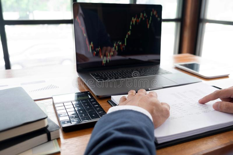 Uomini d'affari, finanza, lavoro di contabilità, conti correnti, facendo uso dei calcolatori e delle informazioni di individuazio immagine stock libera da diritti