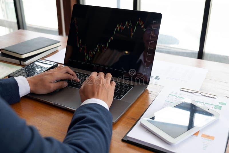 Uomini d'affari, finanza, lavoro di contabilità, conti correnti, facendo uso dei calcolatori e delle informazioni di individuazio immagini stock