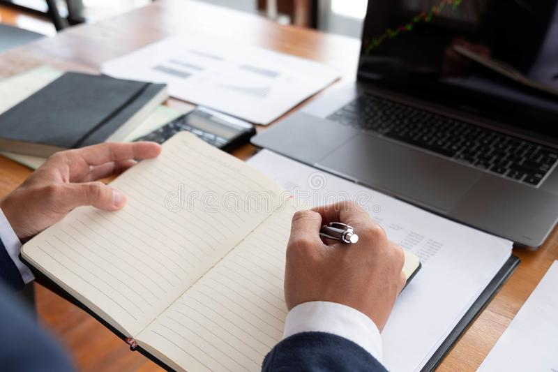 Uomini d'affari, finanza, lavoro di contabilità, conti correnti, facendo uso dei calcolatori e delle informazioni di individuazio immagini stock libere da diritti