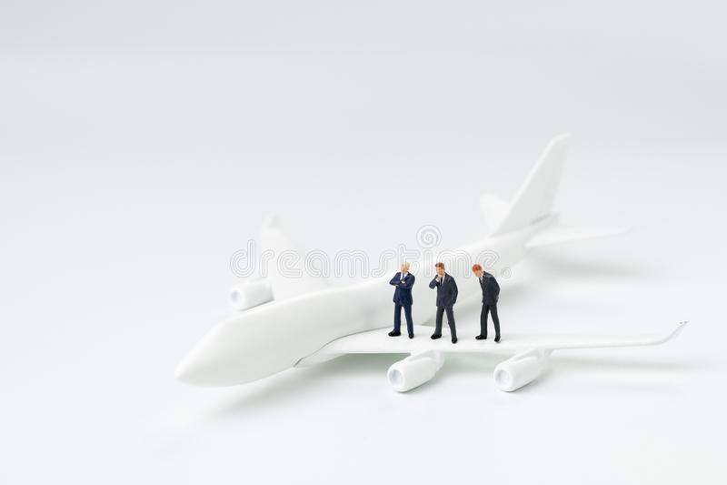Uomini d'affari miniatura della gente nella condizione del passeggero del legame e del vestito immagini stock libere da diritti