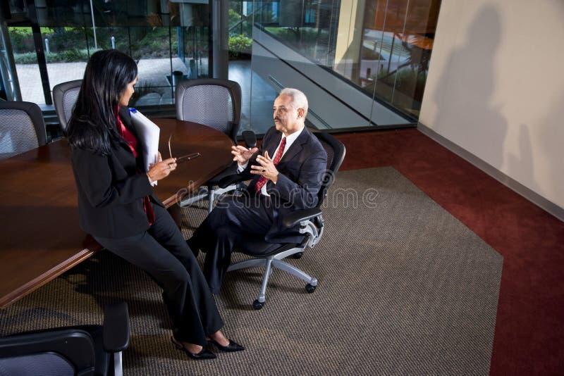 Uomini d'affari Multi-ethnic che hanno discussione immagini stock libere da diritti