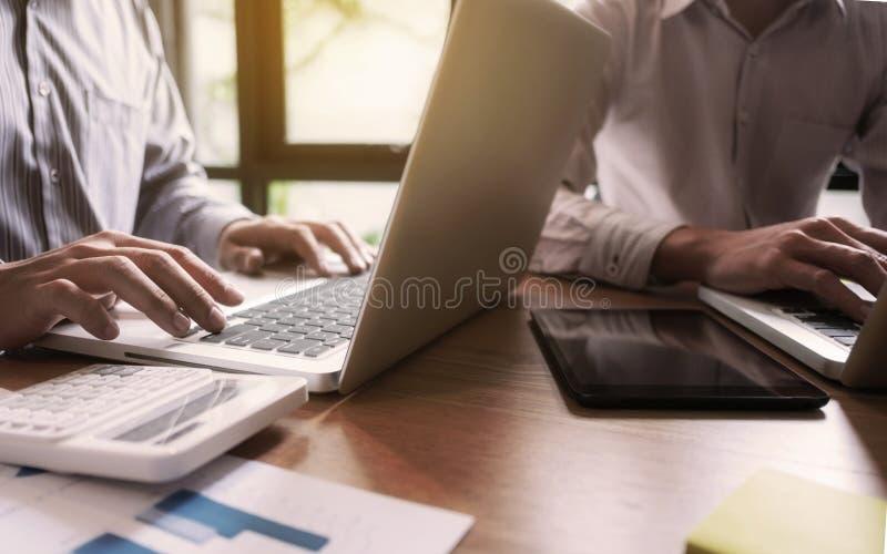 Uomini d'affari Team Meeting Brainstorming Working e concetto di vendita immagini stock libere da diritti