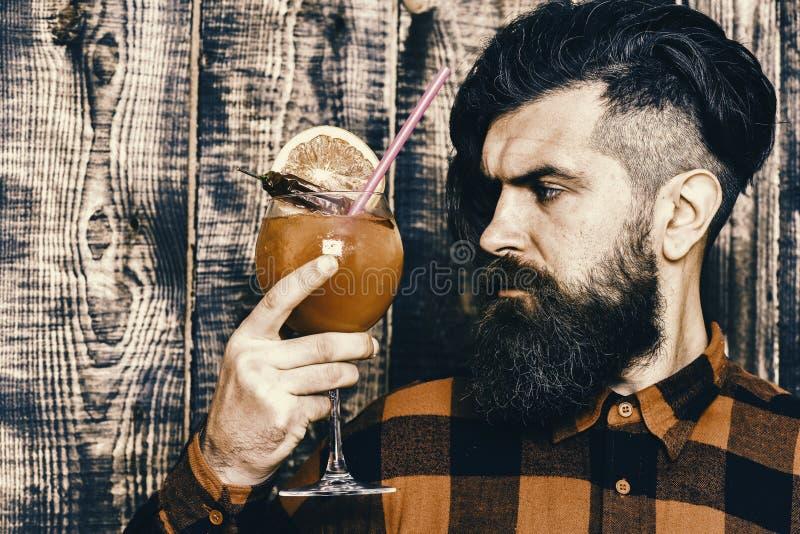 Uomini del barista che fanno il cocktail rosso di martini con l'arancia fotografie stock libere da diritti