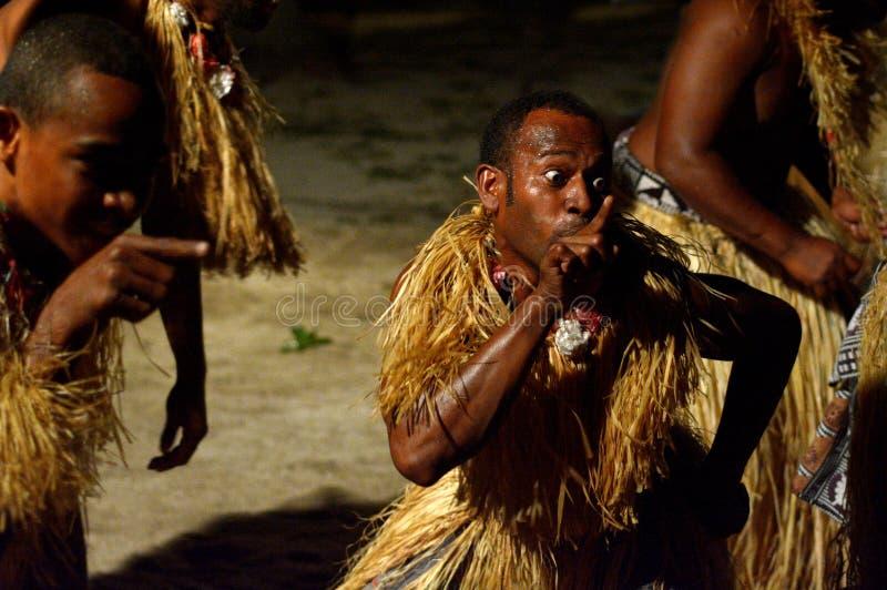 Uomini del Fijian che ballano un wesi maschio tradizionale del meke di ballo in Figi fotografia stock libera da diritti