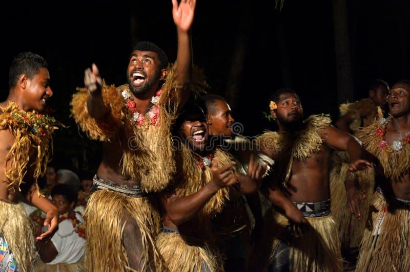 Uomini del Fijian che ballano un wesi maschio tradizionale del meke di ballo in Figi fotografie stock libere da diritti