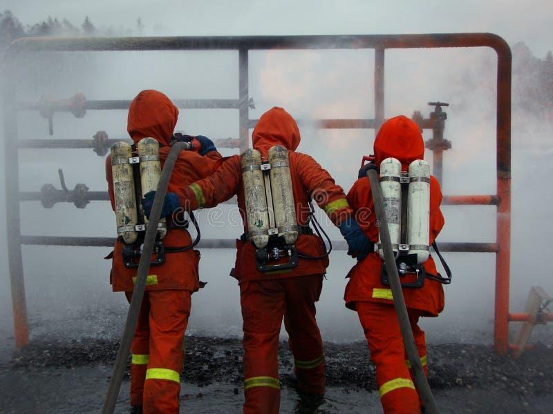 Uomini del fuoco nell'azione fotografia stock