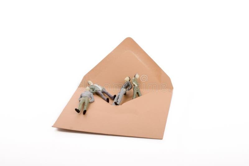 Uomini della figurina da una busta fotografie stock libere da diritti