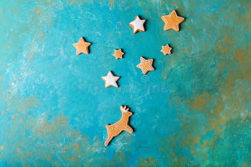 Uomini dello zenzero con la glassa colorata su un fondo del turchese gingerbread Biscotti di natale fotografie stock libere da diritti