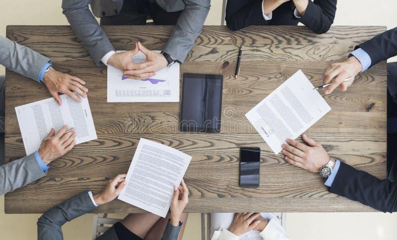 Uomini di affari che discutono la clausola contrattuale immagini stock