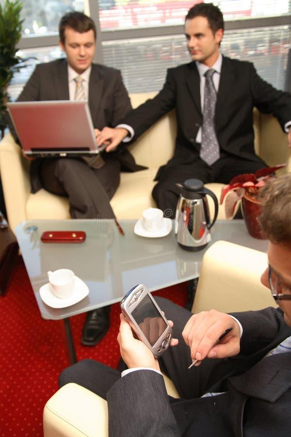 Uomini di affari che lavorano nell'ufficio immagine stock