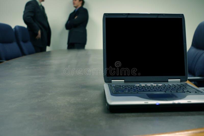Uomini di affari con il computer portatile fotografia stock
