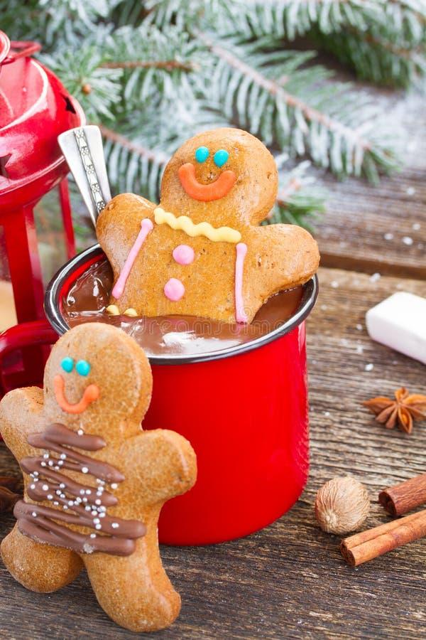 Uomini di pan di zenzero con la tazza di cioccolata calda immagine stock