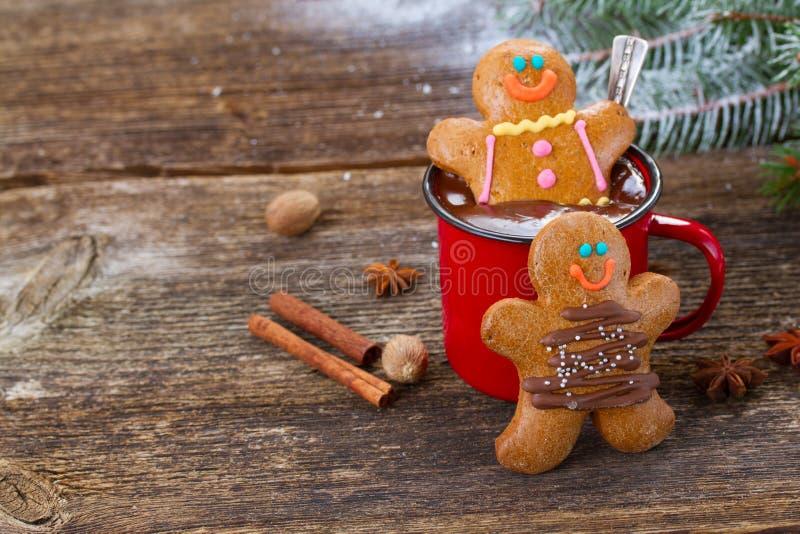 Uomini di pan di zenzero con la tazza di cioccolata calda immagine stock libera da diritti