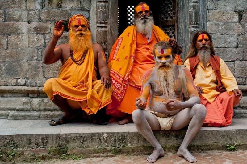 Uomini di Sadhu, benedicenti in tempiale di Pashupatinath fotografia stock