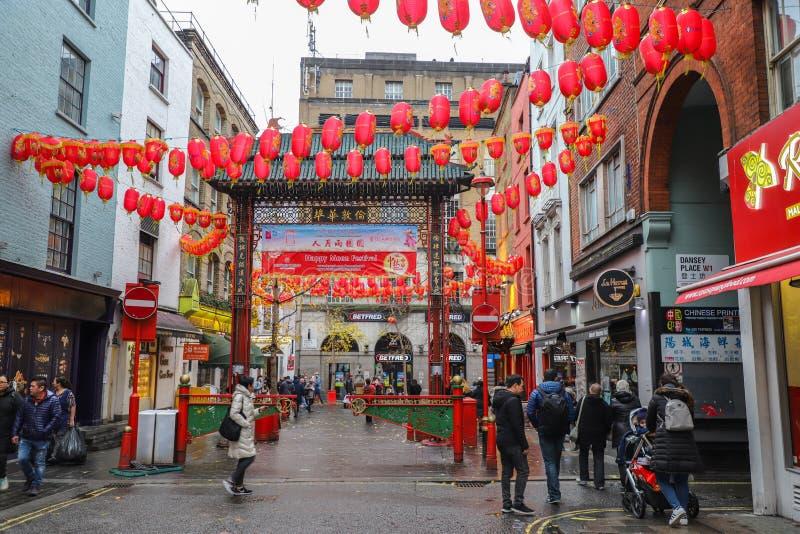 Uomini e donne che camminano in vie nella città della Cina a Londra fotografie stock libere da diritti