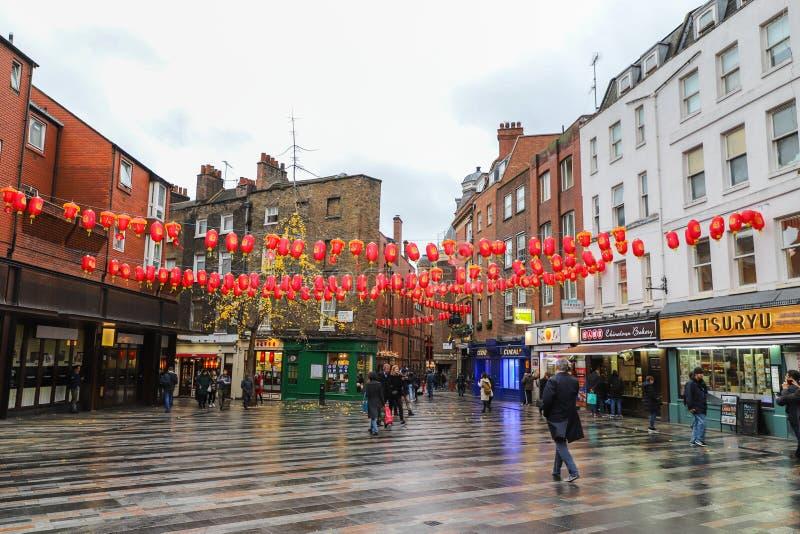 Uomini e donne che camminano in vie nella città della Cina a Londra fotografia stock