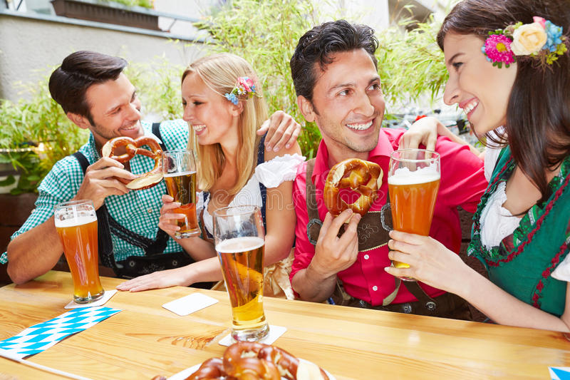 Uomini e donne che flirtano nel bavarian immagine stock libera da diritti